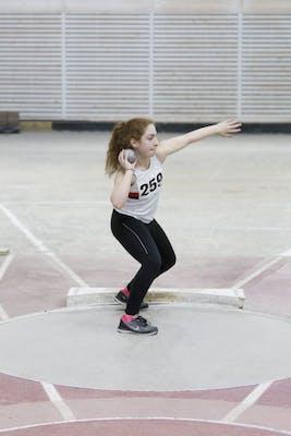 Tava Barivan, 13, stöter kula i mångkamps-DM (friidrottstävling) med kula på 3 kg.
