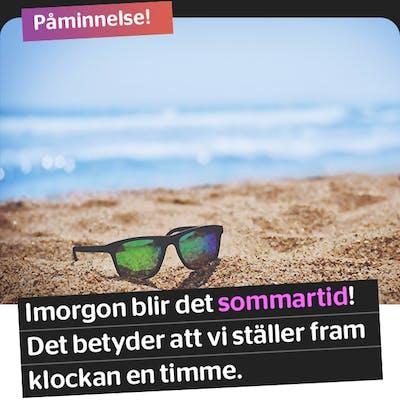 Somrig bild på en strand och ett par solglasögon med texten: Påminnelse! Imorgon blir det sommartid! Det betyder att vi ställer fram klockan en timme.